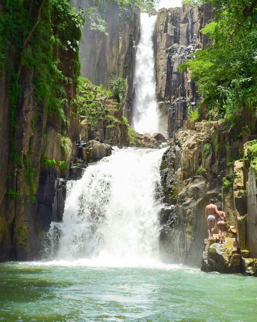 Cinco destinos com cachoeiras em Goiás lary di lua